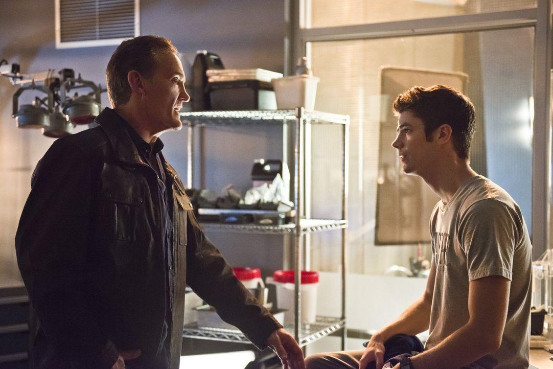 Barry (Grant Gustin, r.) ist nach seinem Kampf mit Zoom am Boden zerstört, da kann nur Henry (John Wesley Shipp, l.) helfen ... - Bildquelle: 2015 Warner Brothers.