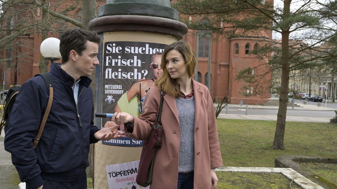 Philipp Stenzel (Alexander Khuon, r.); Eva Jordan (Katrin Bauerfeind, l.) - Bildquelle: Christiane Pausch ProSieben / Christiane Pausch