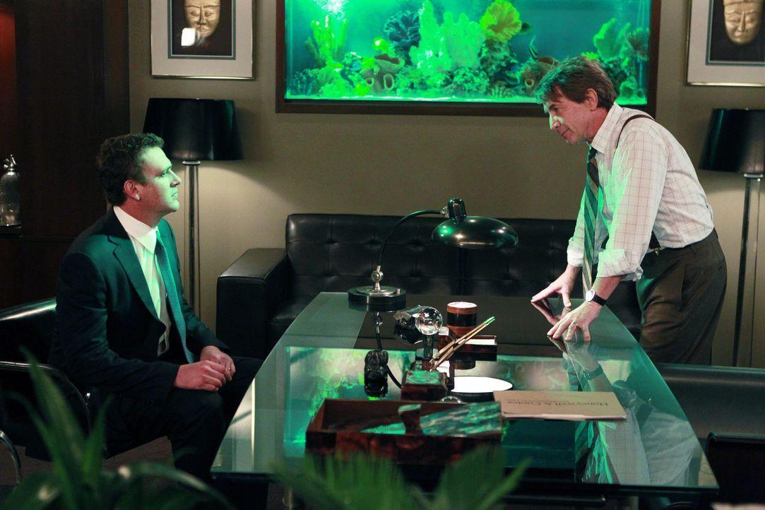 Marshall (Jason Segel, l.) befindet sich auf Kollisionskurs mit seinem neuen Chef Garrison Cootes (Martin Short, r.), während Ted auf eine Exkursio... - Bildquelle: 20th Century Fox International Television