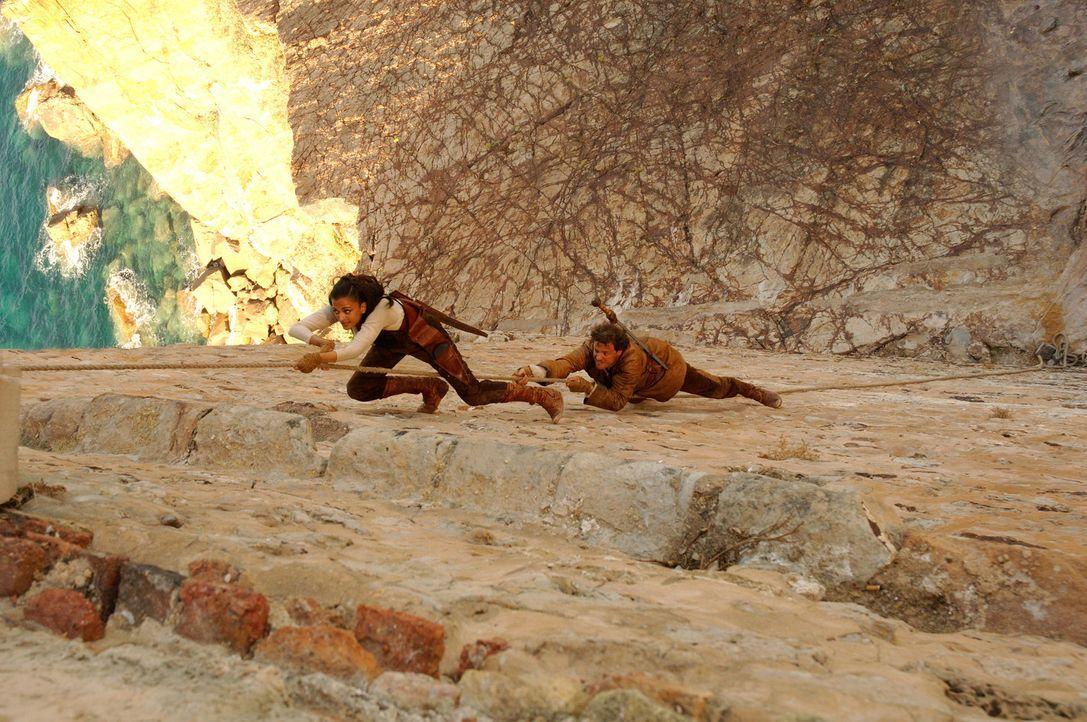 Müssen Kopf und Kragen riskieren, um ihre Verfolger abzuschütteln: der römische Legionär Aurelius (Colin Firth, r.) und die byzantinische Kriege... - Bildquelle: TOBIS Filmkunst GmbH & Co. Verleih KG