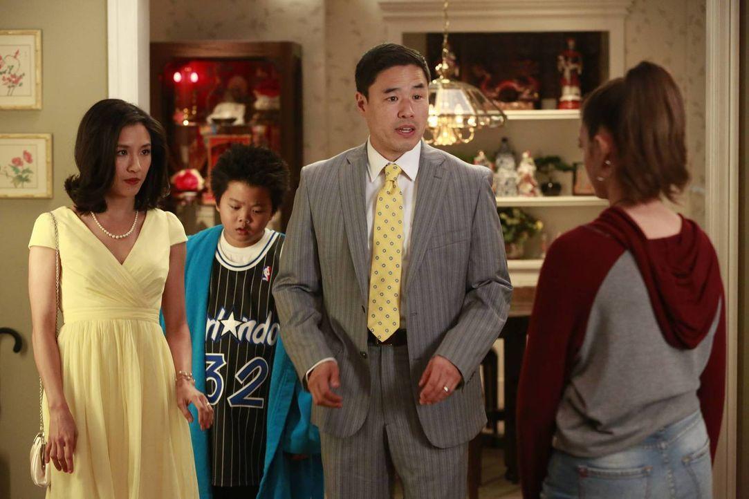 Während Louis (Randall Park, 2.v.r.) und Jessica (Constance Wu, l.) entsetzt sind, dass die Werbeanzeige des Restaurants Opfer von Vandalen wird, ho... - Bildquelle: 2015 American Broadcasting Companies. All rights reserved.