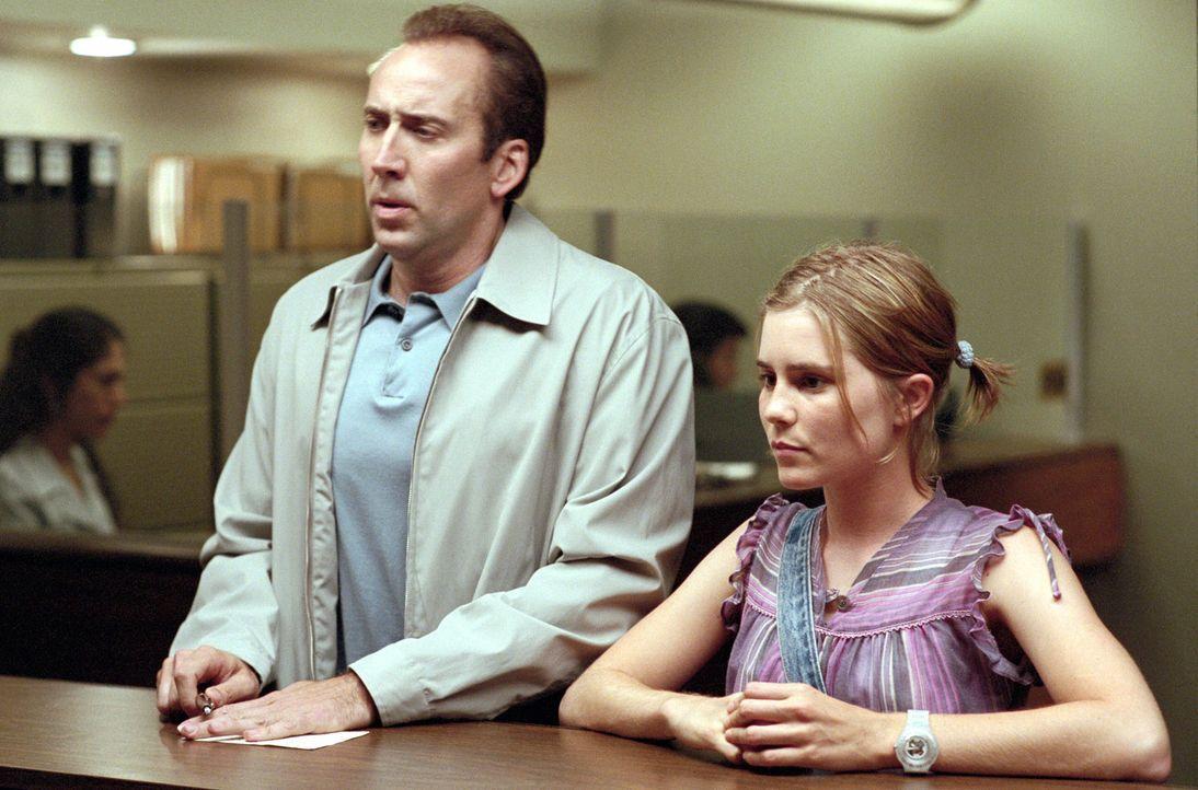 Nach und nach fühlt sich der Trickbetrüger Roy (Nicolas Cage, l.) in seiner Vaterrolle immer wohler. Als Angela (Alison Lohman, r.) sich immer int... - Bildquelle: Warner Bros. Pictures