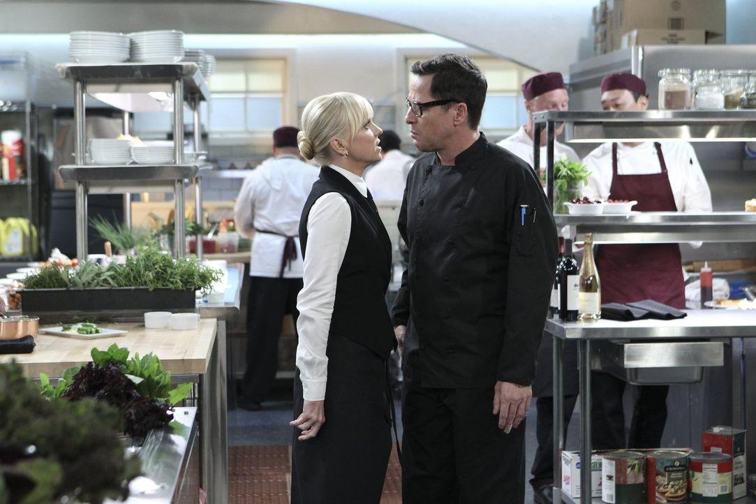 Kann Rudy (French Stewart, r.) Christy (Anna Faris, l.) aus ihren finanziellen Schwierigkeiten helfen? - Bildquelle: Warner Bros. Television