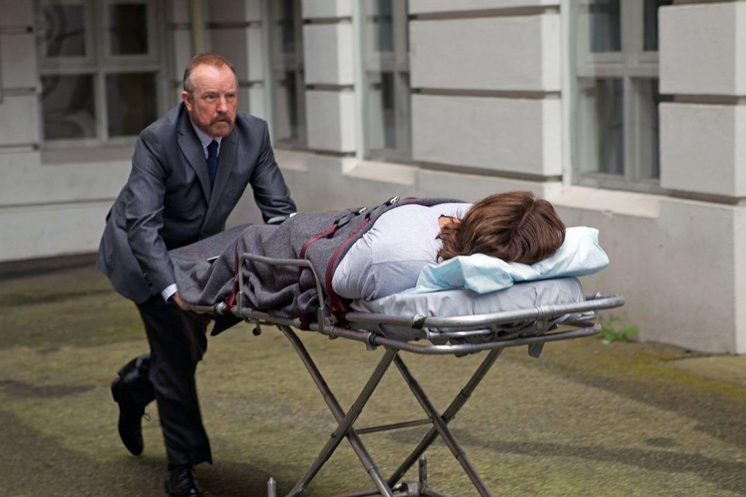 Bobby (Jim Beaver, l.) lebt noch und beeilt sich, Dean und Sam (Jared Padalecki, r.) aus dem tödlichen Krankenhaus herauszuholen, bevor die Leviatha... - Bildquelle: Warner Bros. Television