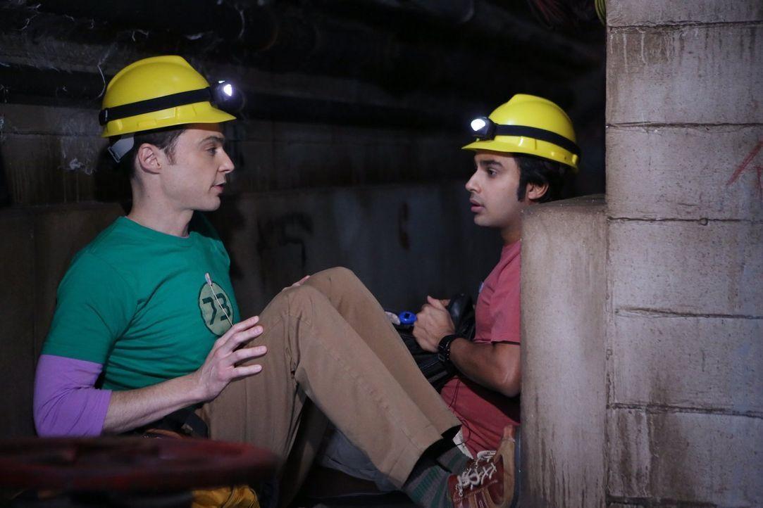 Raj (Kunal Nayyar, r.) und Sheldon (Jim Parsons, l.) planen, an einem Forschungsprojekt zu Dunkler Materie teilzunehmen, das in einer Mine stattfind... - Bildquelle: Warner Brothers