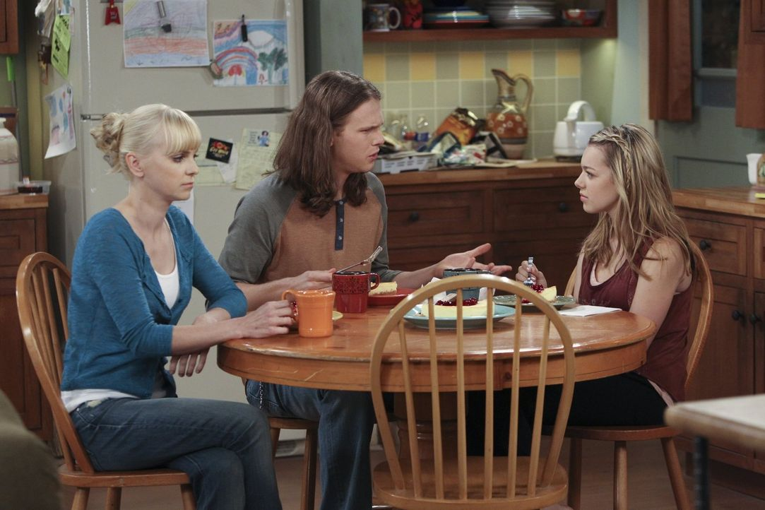 Eigentlich wollte Christy (Anna Faris, l.) ihrer Tochter Violet (Sadie Calvano, r.) mit dem Käsekuchen doch nur eine Freude machen, doch die gemütli... - Bildquelle: Warner Brothers Entertainment Inc.