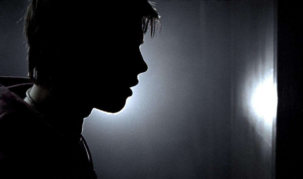 Als es dunkel wird, stoßen die fünf Freunde (Endre Martin Midstigen) auf eine verlassene Herberge. Doch leider lauert dort das Grauen ... - Bildquelle: Telepool GmbH