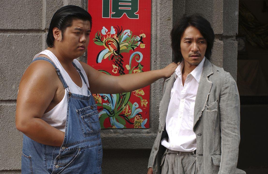 Als der Möchtegern-Ganove Sing (Stephen Chow, r.) und sein Kumpel Gu (Lam Tze Chung, l.) in die neue Stadt kommen, ahnen sie nicht, in welchen Schla... - Bildquelle: 2004 Columbia Pictures Film Production Asia Limited. All Rights Reserved.