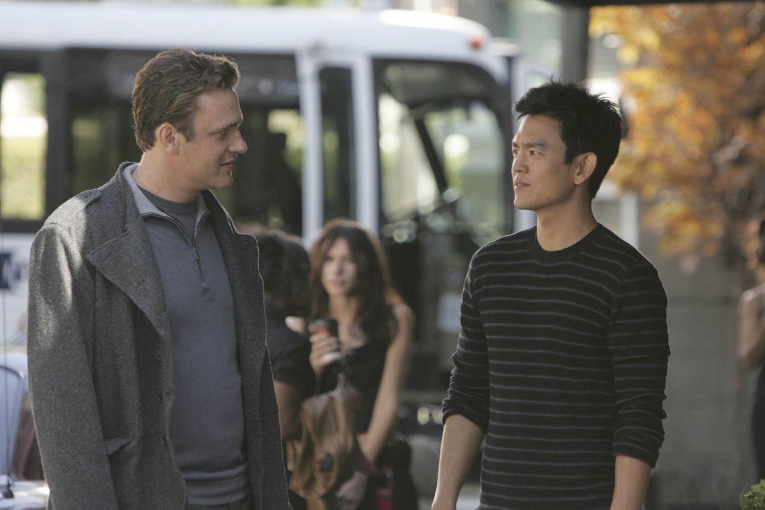 Wird Marshall (Jason Segel, l.) das Jobangebot von Jeff Coatsworth (John Cho, r.) annehmen? - Bildquelle: 20th Century Fox International Television