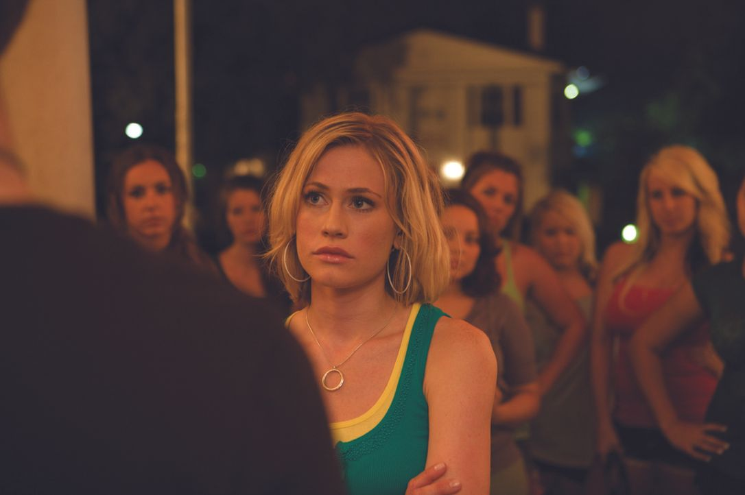 Emily (Jenny Shakeshaft, M.) ist stinksauer: die Jungs haben ihre Verbindung beklaut ... - Bildquelle: Ascot Elite Entertainment Group
