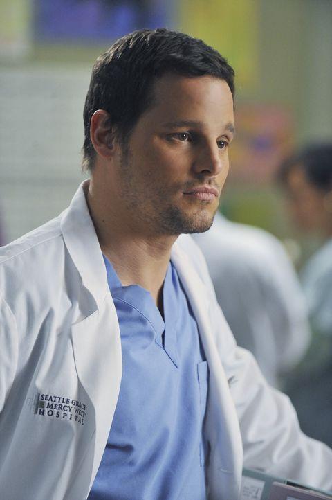 Gerät wegen einer Patientin mit der neuen Geburtshelferin aneinander: Alex (Justin Chambers) ... - Bildquelle: ABC Studios