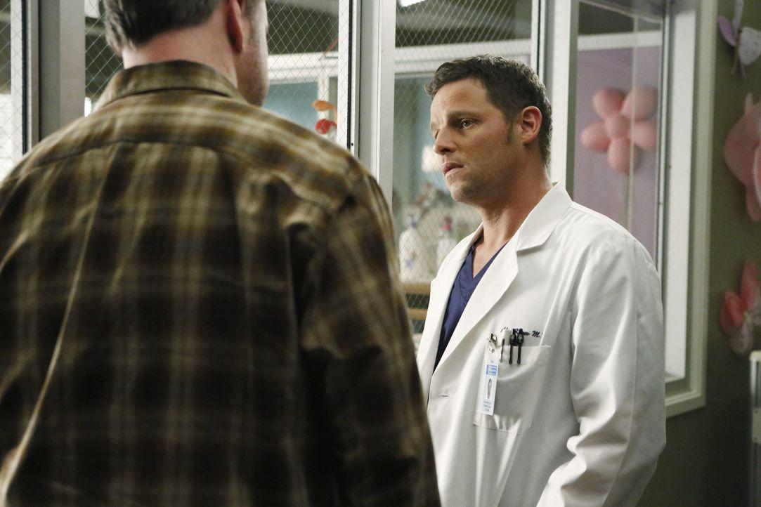 April muss eine schwierige Entscheidung hinsichtlich ihres ungeborenen Babys fällen, während sich Alex (Justin Chambers, l.) um Howard Bonaman (Rob... - Bildquelle: ABC Studios