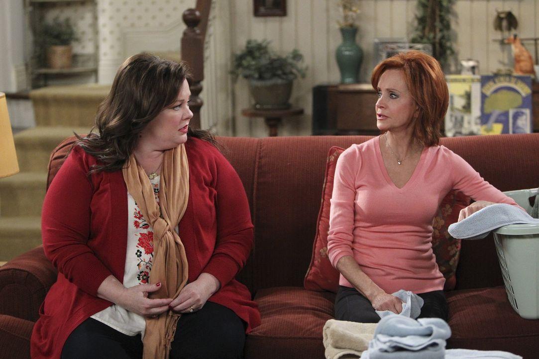 Molly (Melissa McCarthy, l.) sucht Rat bei ihrer Mutter (Swoosie Kurtz, r.) ... - Bildquelle: Warner Brothers