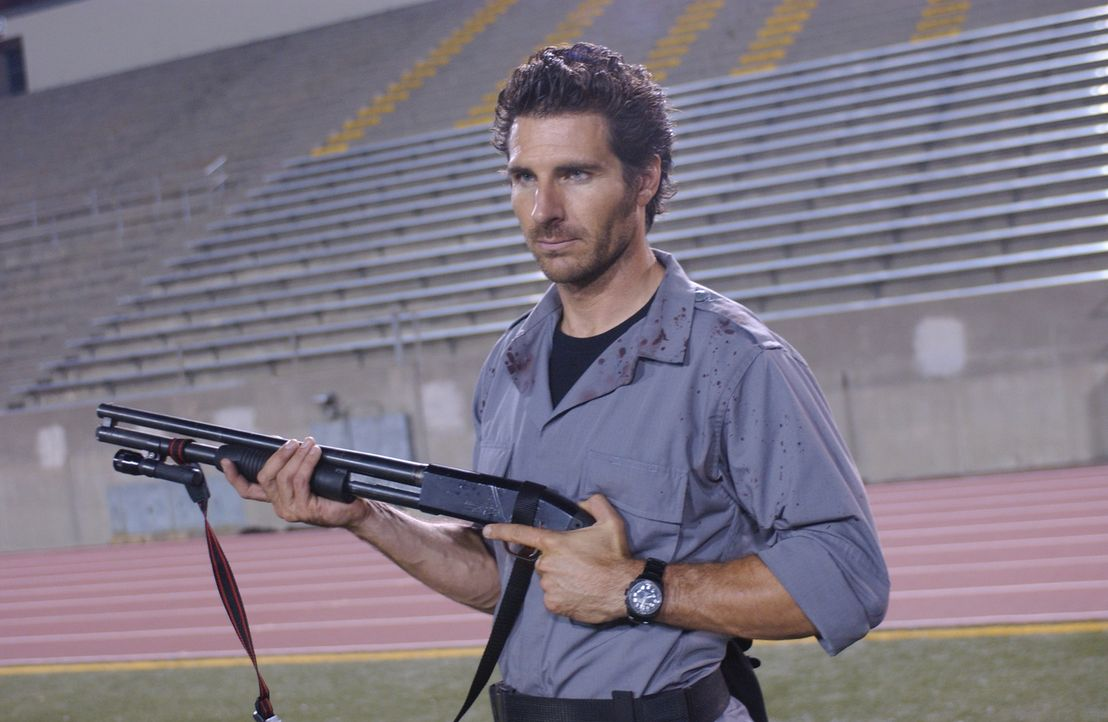 "Eigentlich sollte Ellis (Ed Quinn) lediglich ""Patient Zero"" auftreiben, doch auf dem Campus findet er jede Menge Zombies ... - Bildquelle: Sony Pictures Television International. All Rights Reserved."