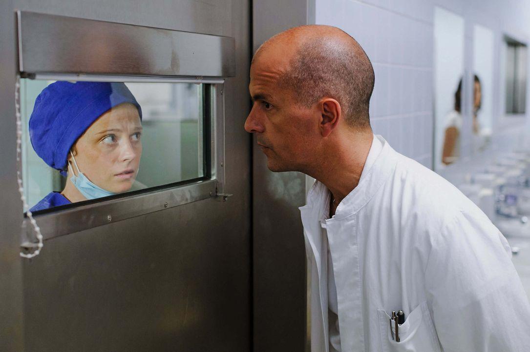 Im Visier von Kreutzer (Christoph Maria Herbst, r.): Krankenschwester Ute (Anja Antonowitz, l.) ... - Bildquelle: Stefan Erhard ProSieben