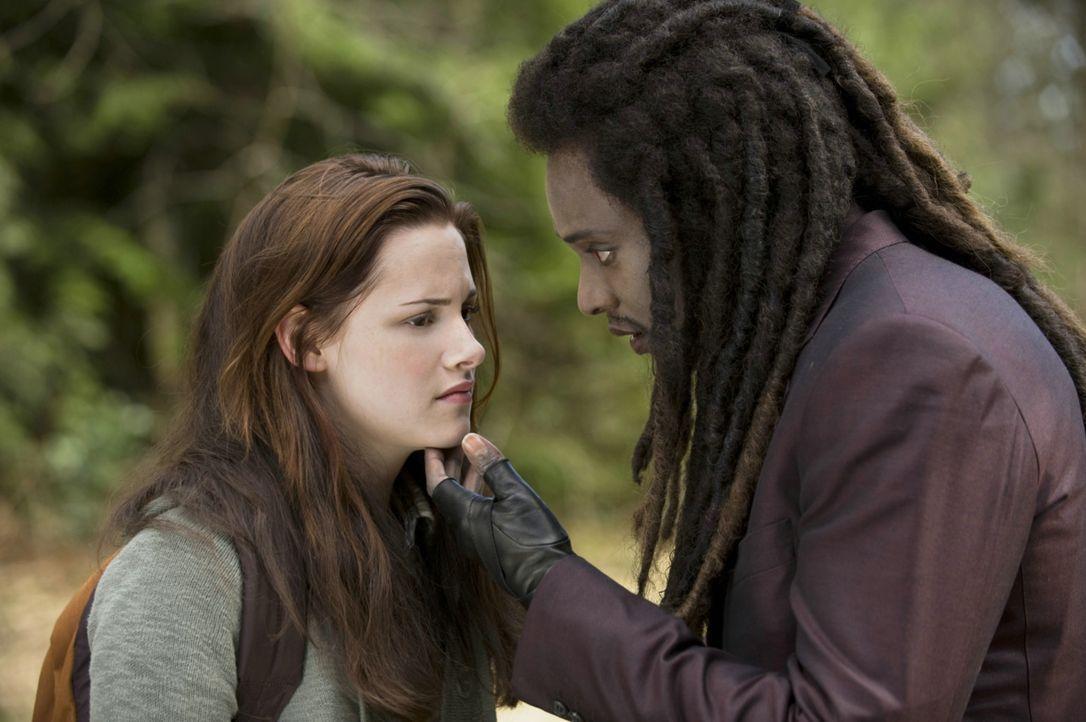 Unglücklicherweise läuft Bella (Kristen Stewart, l.) Laurent (Edi Gathegi, r.) über den Weg. Und der gehört zu einem Clan von Vampiren, die sich... - Bildquelle: 2009 Concorde Filmverleih GmbH