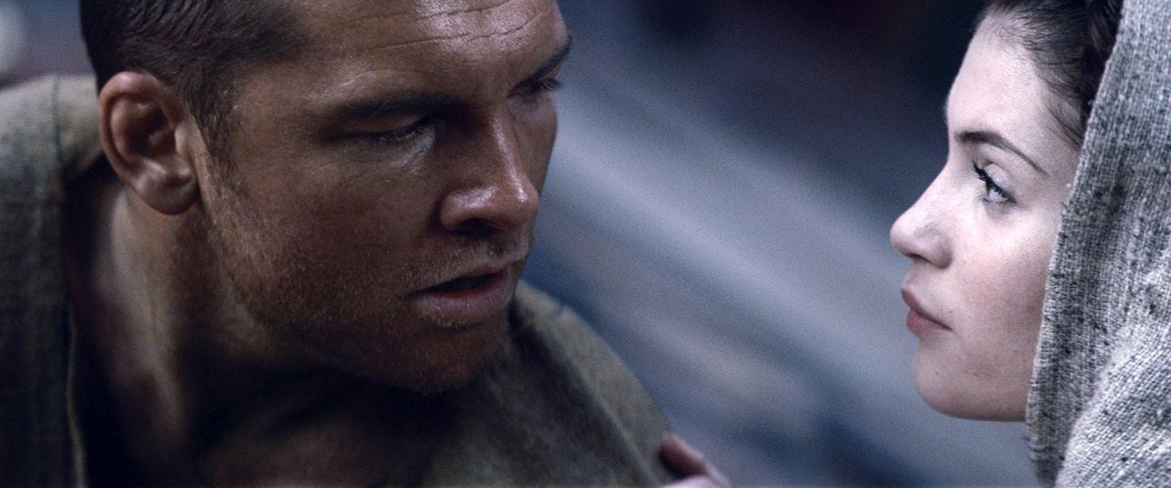 Die hübsche Io (Gemma Arterton, r.) will Perseus (Sam Worthington, l.) auf den richtige Fahrt lenken, nachdem die Götter der Menschheit den Kampf an... - Bildquelle: 2010 Warner Bros.