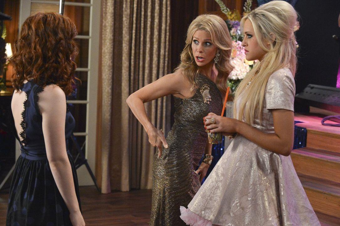 Als Dalia (Carly Chaikin, r.) und Dallas (Cheryl Hines, M.) mitbekommen, dass Tessa (Jane Levy, l.) die Außenseiterin Alana beim Kampf um die Krone... - Bildquelle: Warner Brothers