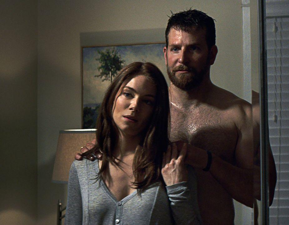 Als Kyle (Bradley Cooper, r.) in die Vereinigten Staaten zurückkehrt, ist er unfähig, ein normales Leben zu führen. Er kann den Krieg nicht zurückla... - Bildquelle: 2014 Warner Bros. Entertainment Inc.
