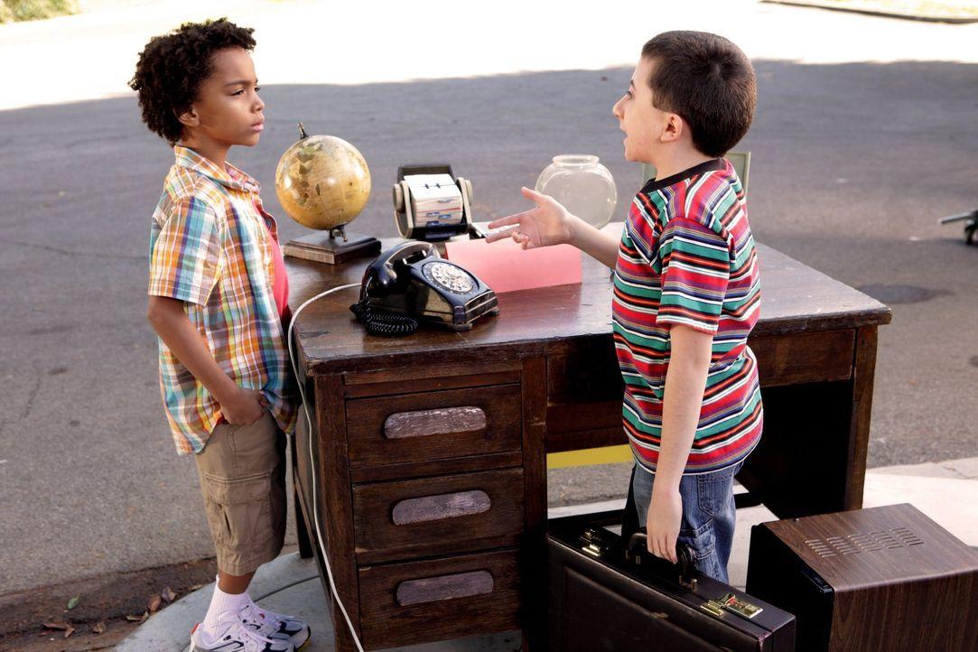 Brick (Atticus Shaffer, r.) verdient sein Geld damit, dass er der ganzen Nachbarschaft gute Ratschläge gibt ... - Bildquelle: Warner Brothers
