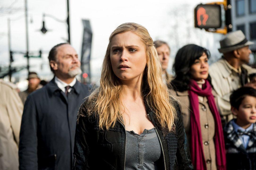 Während Clarke (Eliza Taylor, M.) in der Stadt des Lichts nach einem Weg sucht, um Alie auszuschalten, nutzt diese Clarkes Anwesenheit, um den Code... - Bildquelle: 2014 Warner Brothers