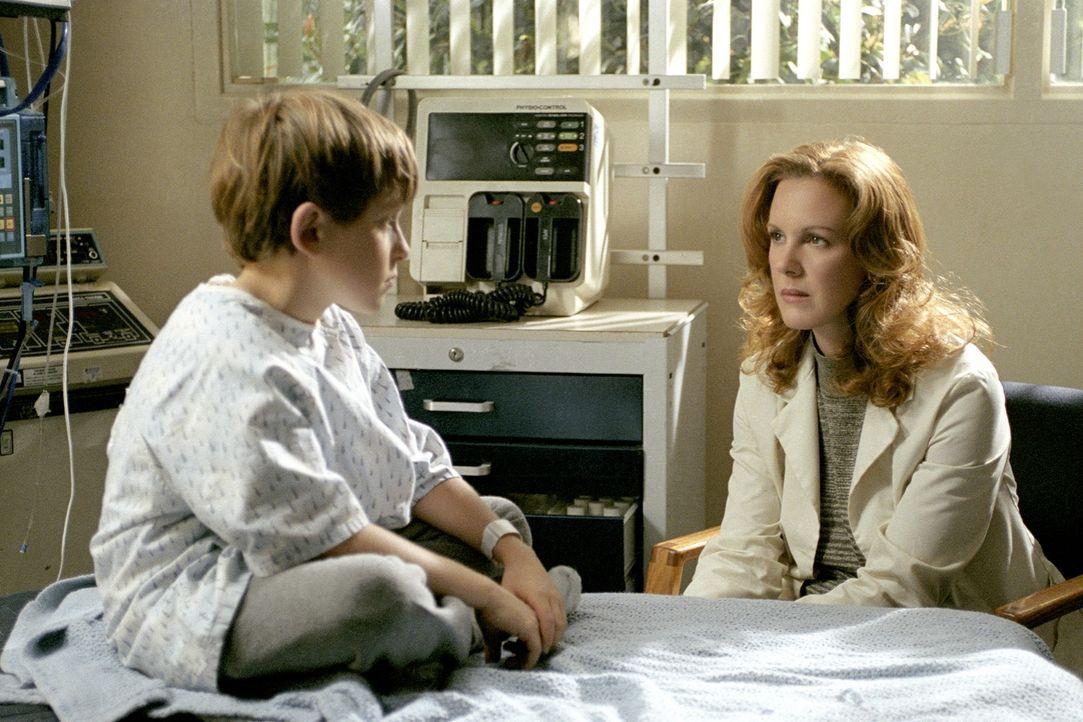 Als sich Aidan (David Dorfman, l.) rätselhafte Wunden zufügt, bringt ihn seine Mutter ins Krankenhaus. Dort vermutet die Psychologin Dr. Emma Temple... - Bildquelle: DreamWorks SKG