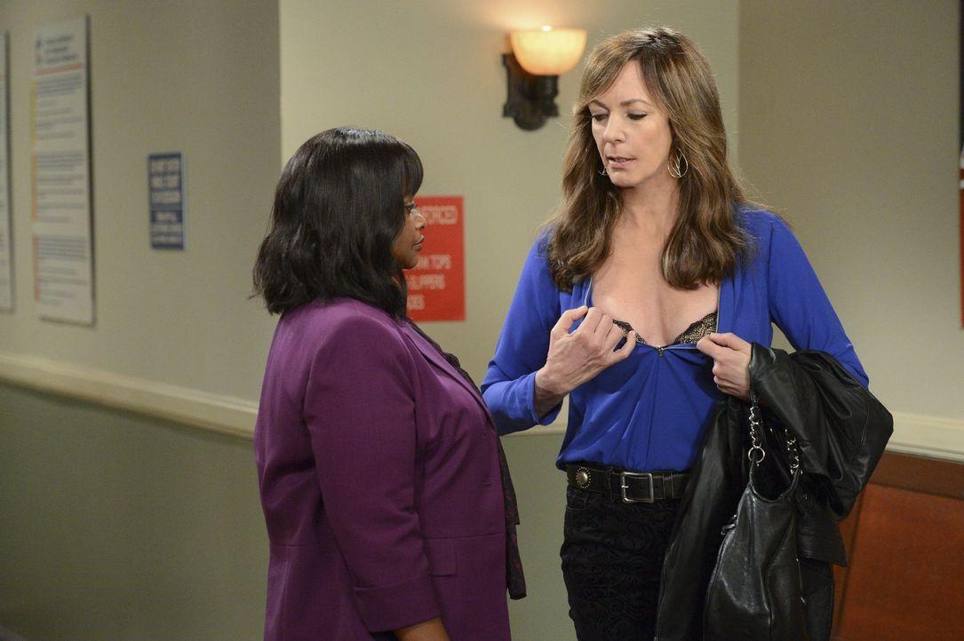 Vor dem Gerichtstermin geht Bonnie (Allison Janney, r.) mit Regina (Octavia Spencer, l.) noch einmal die Strategie durch. Dabei will sie auch mit de... - Bildquelle: Warner Brothers Entertainment Inc.