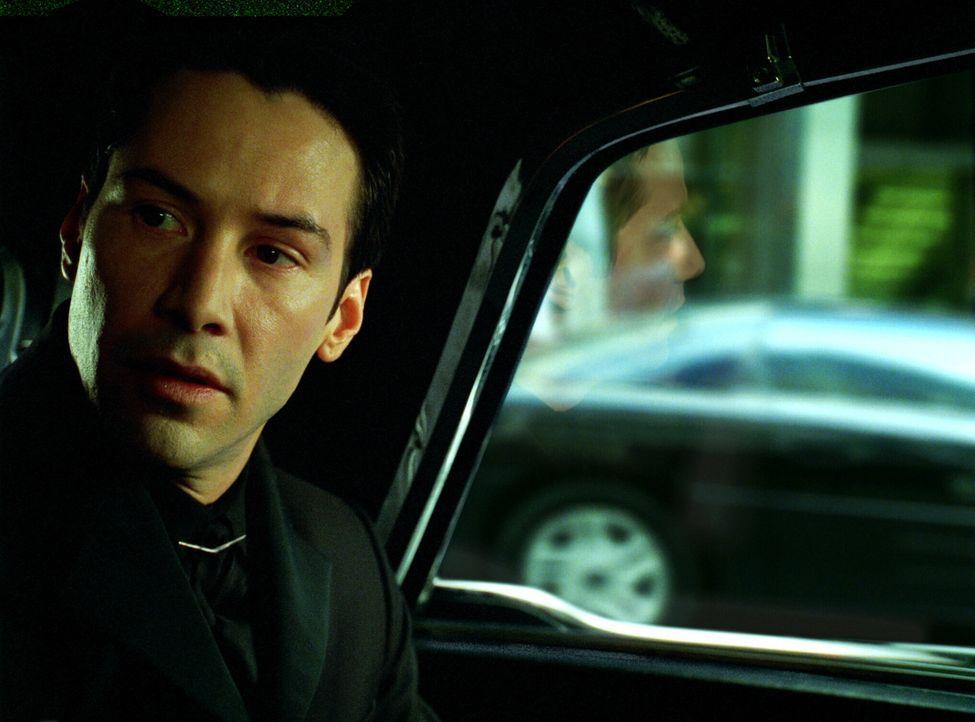 Ein letztes Mal gibt das Orakel Neo (Keanu Reeves) Ratschläge, doch diese könnten ebenso Täuschung sein wie alles andere im gewaltigen Konzept de... - Bildquelle: Warner Bros.