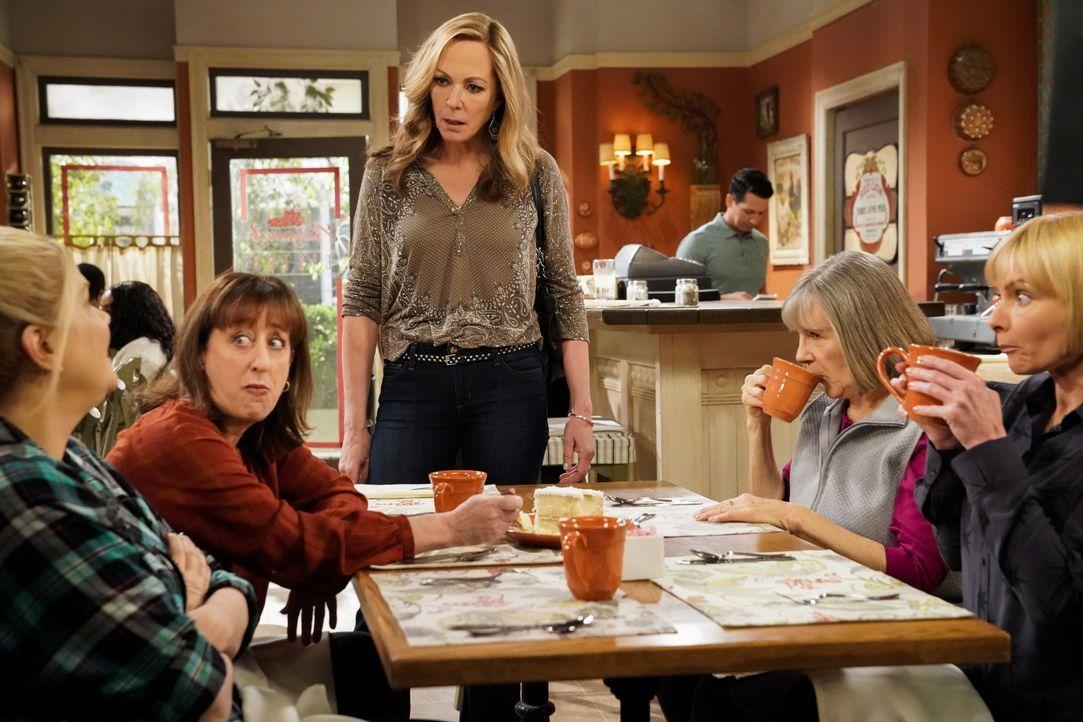 (v.l.n.r.) Tammy (Kristen Johnston); Wendy (Beth Hall); Bonnie (Allison Janney); Marjorie (Mimi Kennedy); Jill (Jaime Pressly) - Bildquelle: Warner Bros. Entertainment, Inc.