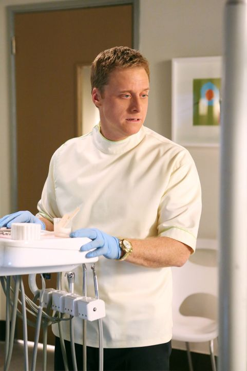 Noah (Alan Tudyk) trauert noch immer seiner Haushälterin hinterher. Jetzt ist ihr neuer Freund bei ihm auf dem Behandlungsstuhl. Ob er seine Trauer... - Bildquelle: Warner Brothers