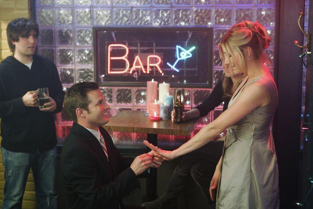 Elliot (Sarah Chalke, r.) bittet Keith (Travis Schuldt, l.), noch mal um ihre Hand anzuhalten, damit alles genau so läuft, wie sie es sich erträum... - Bildquelle: Touchstone Television