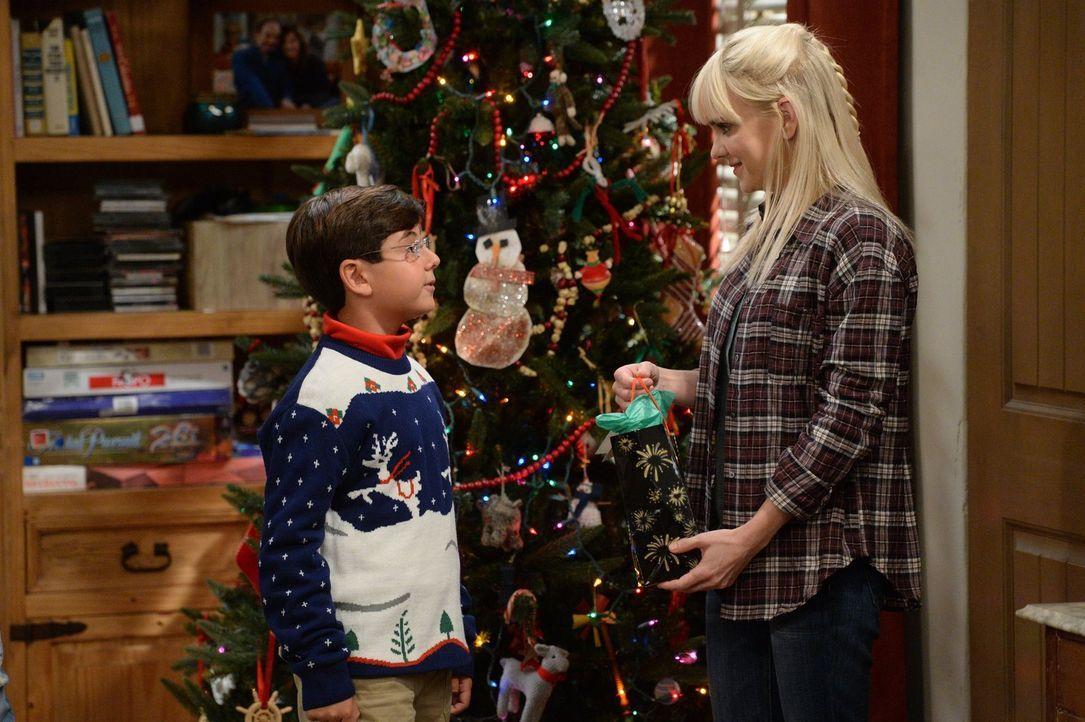 Christy (Anna Faris, r.) will für ihren Sohn Roscoe (Blake Garrett Rosenthal) ein schönes Weihnachtsfest organisieren - auch, um damit Baxter und se... - Bildquelle: 2015 Warner Bros. Entertainment, Inc.