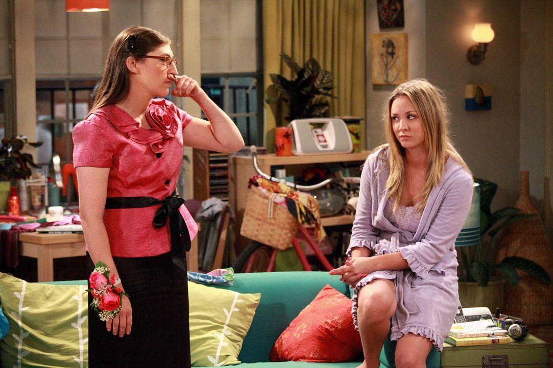 Nach einem gemeinsamen Abend mit Leonard hat sich Amy (Mayim Bialik, l.) in ihn verliebt und schüttet deshalb ihr Herz bei Penny (Kaley Cuoco, r.) a... - Bildquelle: Warner Bros. Television