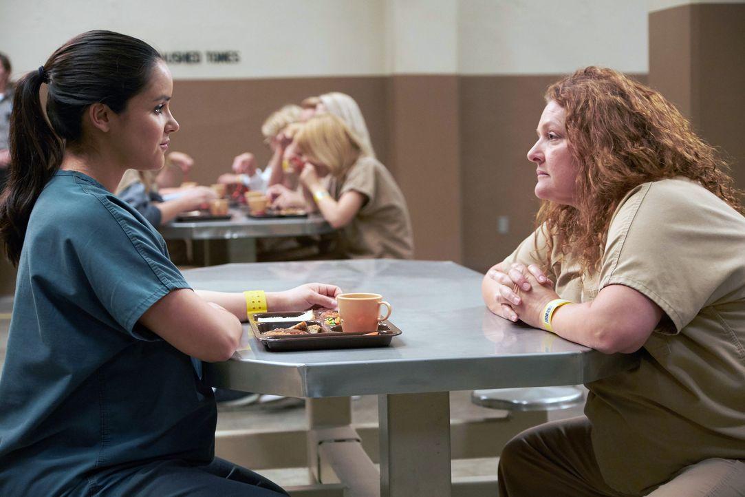 Amy Santiago (Melissa Fumero, l.); Maura Figgis (Aida Turturro, r.) - Bildquelle: John P. Fleenor 2015 UNIVERSAL TELEVISION LLC. All rights reserved. / John P. Fleenor
