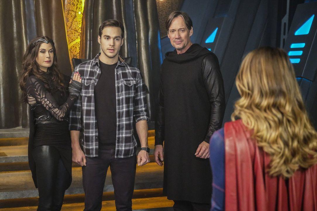 Mon-El (Chris Wood, 2.v.l.) trifft auf seine totgeglaubten Eltern Rhea (Teri Hatcher, l.) und Lar Gand (Kevin Sorbo, 2.v.r.) und offenbart Kara (Mel... - Bildquelle: 2016 Warner Brothers