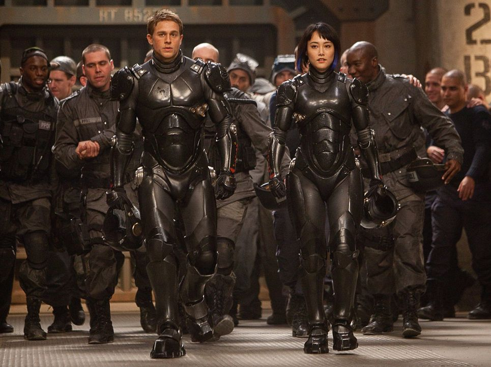 Raleigh Becket (Charlie Hunnam, vorne l.) und Mako Mori (Rinko Kikuchi, vorne r.) sind drift kompatibel. Das heißt, sie können zusammen durch Gedank... - Bildquelle: 2013 Warner Bros. Entertainment Inc. and Legendary Pictures Funding, LLC
