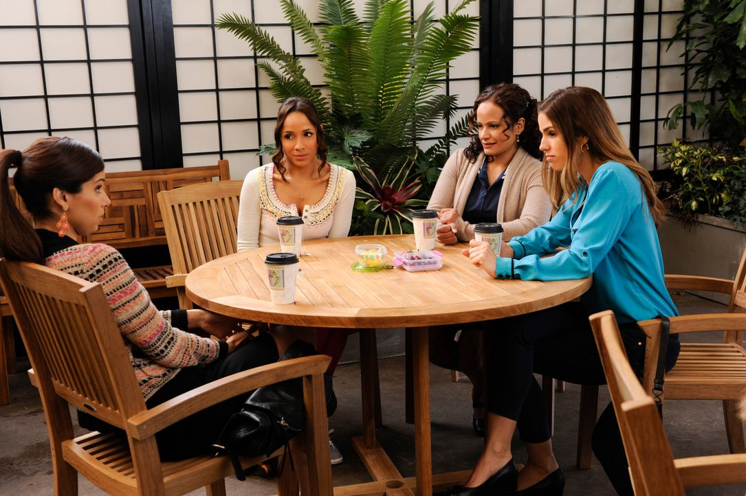 Versuchen weiter herauszufinden, wer für den Tod von Flora verantwortlich ist: Marisol (Ana Ortiz, r.), Rosie (Dania Ramirez, 2.v.l.), Carmen (Rosel... - Bildquelle: ABC Studios