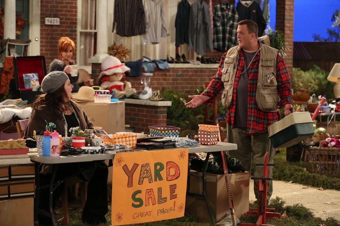 Molly (Melissa McCarthy, l.) hat das Gefühl, das Haus wäre voller überflüssiger Dinge und plant einen Familienflohmarkt, während Mike (Billy Gardell... - Bildquelle: Warner Brothers