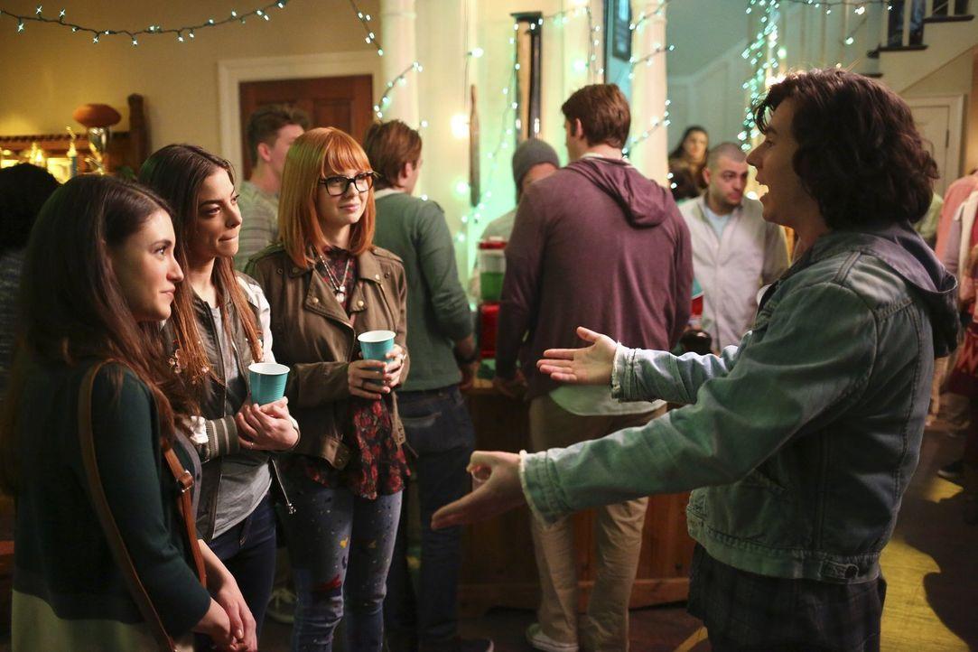 Während Axl (Charlie McDermott, r.) auf einer Feier zum St. Patricks Day auf Lexie (Daniela Bobadilla, l.), Devin (Gia Mantegna, 2.v.l.) und Cassidy... - Bildquelle: Warner Bros.