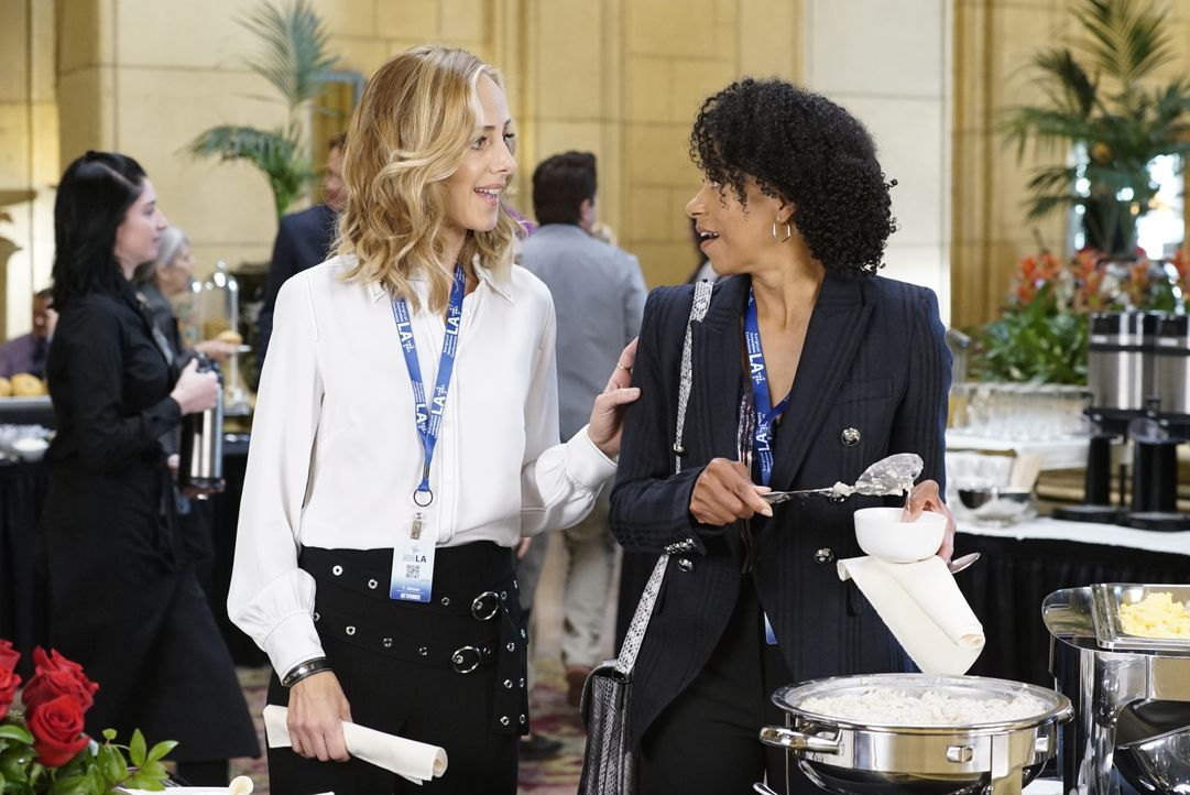 Dr. Teddy Altman (Kim Raver, l.); Dr. Maggie Pierce (Kelly McCreary, r.) - Bildquelle: Kelsey McNeal 2019 American Broadcasting Companies, Inc. All rights reserved. / Kelsey McNeal