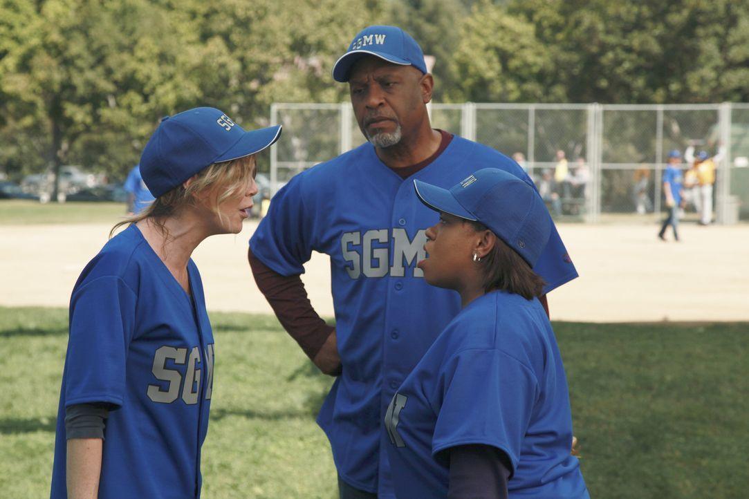 Während des Baseball-Match kommt es zwischen Bailey (Chandra Wilson, r.) und Meredith (Ellen Pompeo, l.) zu einem Streit, den nur noch Richard (Jam... - Bildquelle: ABC Studios