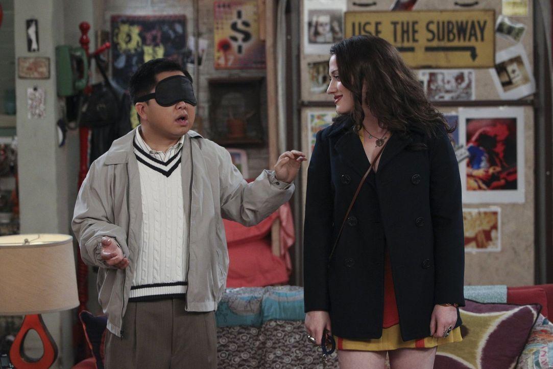 Als Max (Kat Dennings, r.) vom privaten Problem ihres Chefs Lee (Matthew Moy, l.) erfährt, ist sie bereit, ihm unter die Arme zu greifen. Ob das ein... - Bildquelle: Warner Bros. Television