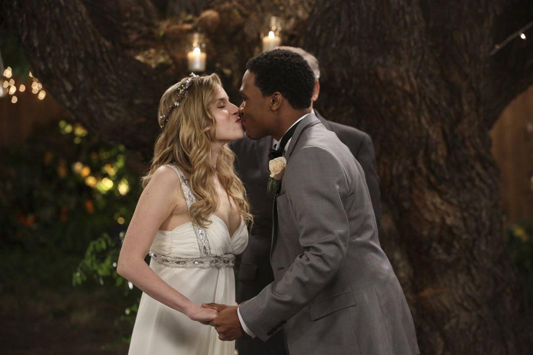 Ihr großer Tag steht bevor: Lisa (Allie Grant, l.) und Malik (Maestro Harrell, r.) ... - Bildquelle: Warner Brothers