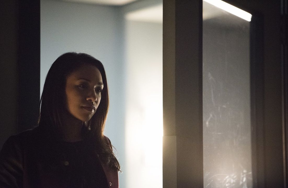 Erkennt Iris (Candice Patton), was für Gefühl sie wirklich für Barry hat oder wird sie Eddie ein Versprechen geben? - Bildquelle: Warner Brothers.