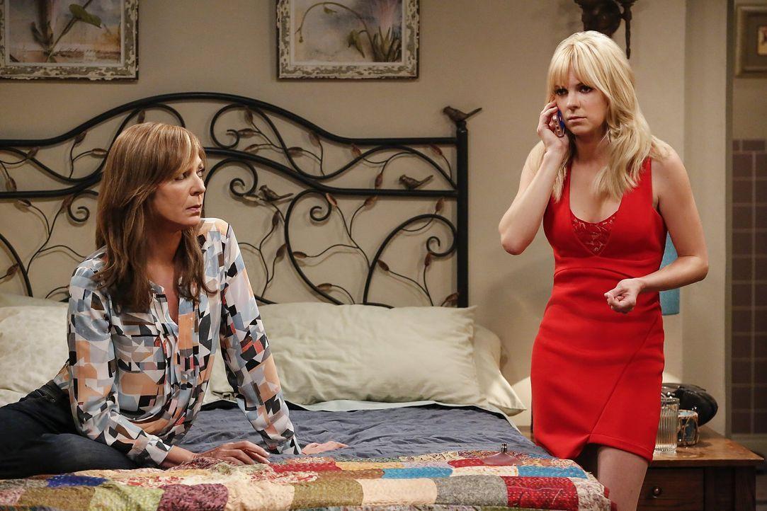 Als Christy (Anna Faris, r.) und Bonnie (Allison Janney, l.) erfahren, dass Violet richtig krank ist, eilen sie los, um ihr zu helfen. Nicht ahnend,... - Bildquelle: 2016 Warner Bros. Entertainment, Inc.