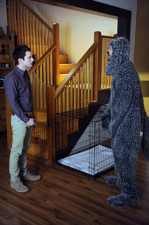 Ryan (Elijah Wood, l.) hat seiner Nachbarin versprochen auf ihren Hund Wilfred (Jason Gann, r.) aufzupassen, solange sie mit ihrem Verlobten im Urla... - Bildquelle: 2011 FX Networks, LLC. All rights reserved.
