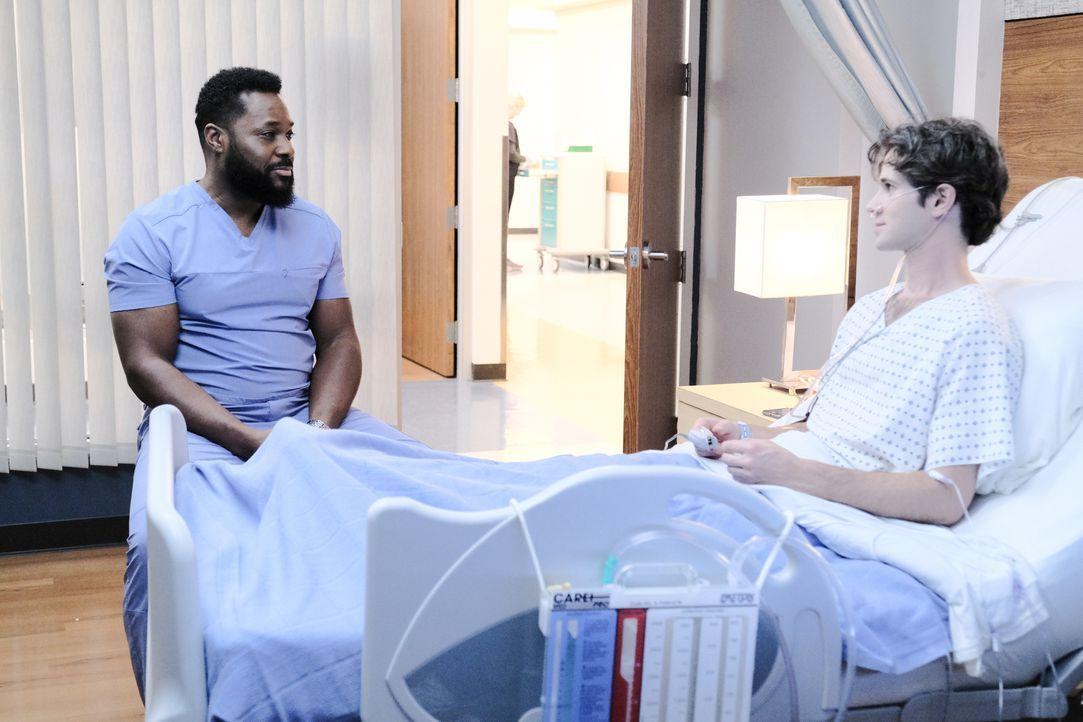 Dr. AJ Austin (Malcolm-Jamal Warner, l.); Isaac Morgan (Connor Paolo, r.) - Bildquelle: Guy D'Alema 2019-2020 Twentieth Century Fox Film Corporation.  All rights reserved. / Guy D'Alema