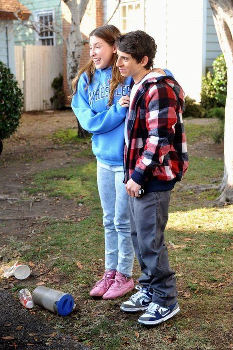 Sue (Eden Sher, l.) sagt Matt (Moises Arias, r.) endlich, was sie für ihn empfindet, doch der reagiert anders als erhofft. Unterdessen tut Frankie a... - Bildquelle: Warner Brothers