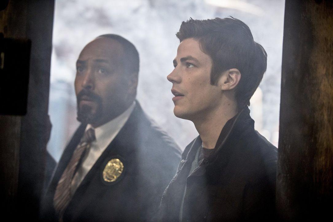 Verlieren Barry (Grant Gustin, r.) und Joe (Jesse L. Martin, l.) ihre Ermittlungen in Bezug auf Dr. Wells aus den Augen, als Barrys Vater im Gefängn... - Bildquelle: Warner Brothers.
