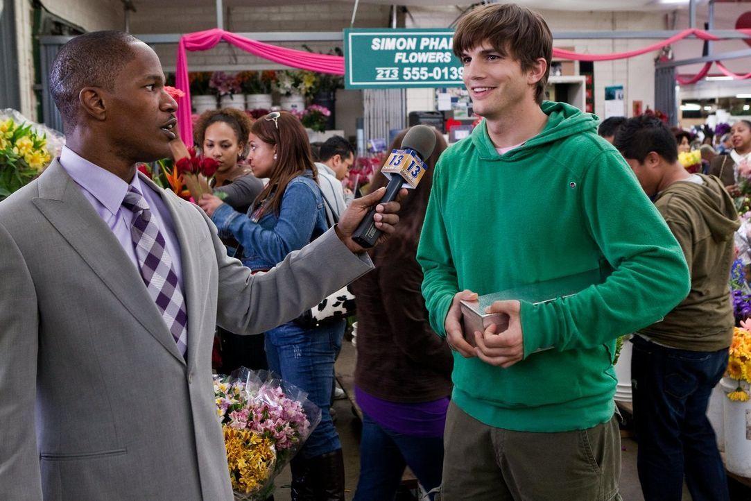 Der Reporter Kelvin Moore (Jamie Foxx, l.) muss am Valentinstag Interviews mit Verliebten führen. Reed Bennett (Ashton Kutcher, r.) ist da der perfe... - Bildquelle: 2010 Warner Bros.